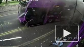 Чудесное видео из Англии: Мужчину сбил автобус, он встал и пошел в паб пить пиво