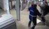 В Московском метро длинноволосый мужчина набросился с ножом на охранника