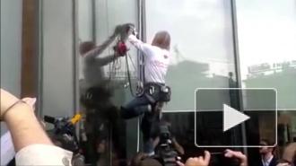 """Человек-паук Алан Робер залез на небоскреб """"Высоцкий"""" в Екатеринбурге, его сняли на видео"""