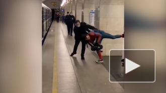 """""""Человек-паук"""" сразился с сотрудниками метро на станции """"Технологический институт"""""""