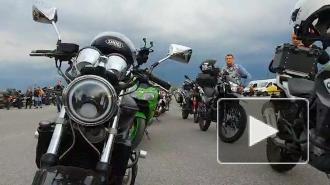 Сотни байкеров с файерами проехали по Пулковскому шоссе