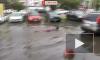 Видео: в Челябинске мужчина переплыл лужу на парковке