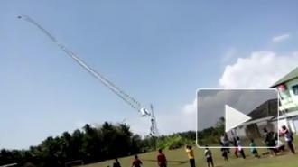В Индонезии подросток упал с огромного воздушного змея
