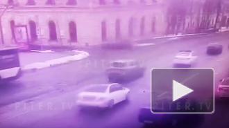 На съезде с Литейного моста кроссовер столкнулся с такси