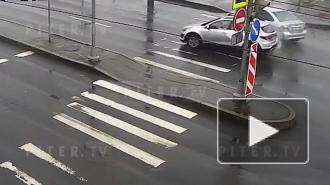 """Видео: каршеринг """"залетел"""" на разделительную полосу в результате ДТП на юге Петербурга"""