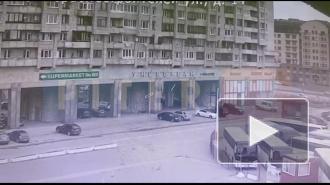 На видео показано, как от взрыва газового баллона в Петербурге вылетают окна