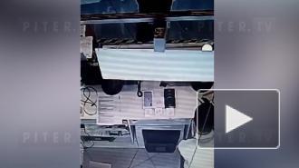 На Занавеской площади неизвестные вынесли смартфон из салона связи
