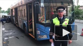 В аварии с троллейбусом в Калининском районе погибли два человека