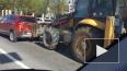 На набережной Обводного канала трактор помял ковшом ...