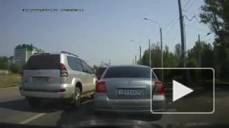 Российские нравы: внедорожник жестоко отомстил подрезавшей его иномарке