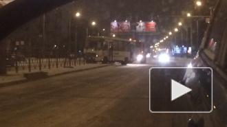 Маршрутный автобус в Петербурге потерял управление и врезался в разделительное заграждение