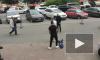 Видео: троица из иномарки побила пешехода из-за конфликта на дороге