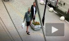 Видео: в Горелово мужчина справил нужду на клумбу с цветами