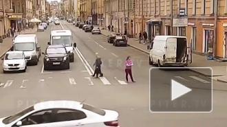 Пьяная петербурженка выступила в роли регулировщика на пересечении улицы Некрасова и Литейного проспекта: видео