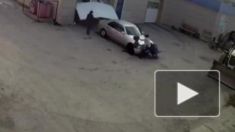 Жесткое видео из Свердловска: Сотрудник автомойки нечаянно сбил двух женщин