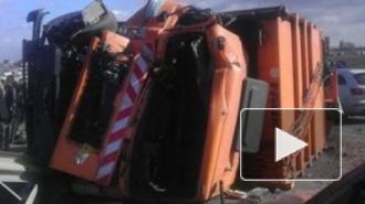 В Петербурге мусоровоз упал на проезжающую мимо Шкоду
