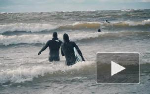 На гребне волны: как петербургские серферы зимой покоряют Финский залив