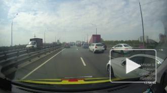 """Неизвестный мотоциклист освобождал дорогу для """"скорой помощи"""" в Петербурге"""