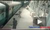 Видео: индийский полицейский спас пассажира, зацепившегося за движущийся вагон