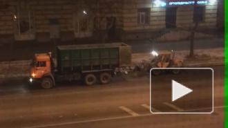 """Ночью на проспекте Стачек снегоуборочная техника """"убирала"""" чистый асфальт"""