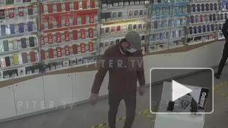 Мужчина украл мобильный телефон со стенда в салоне связи на Испытателей
