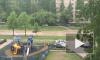 Петербуржцы сняли на видео как по затопленной улице Маршала Захарова плывет машина